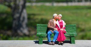 寄り添う夫婦の画像