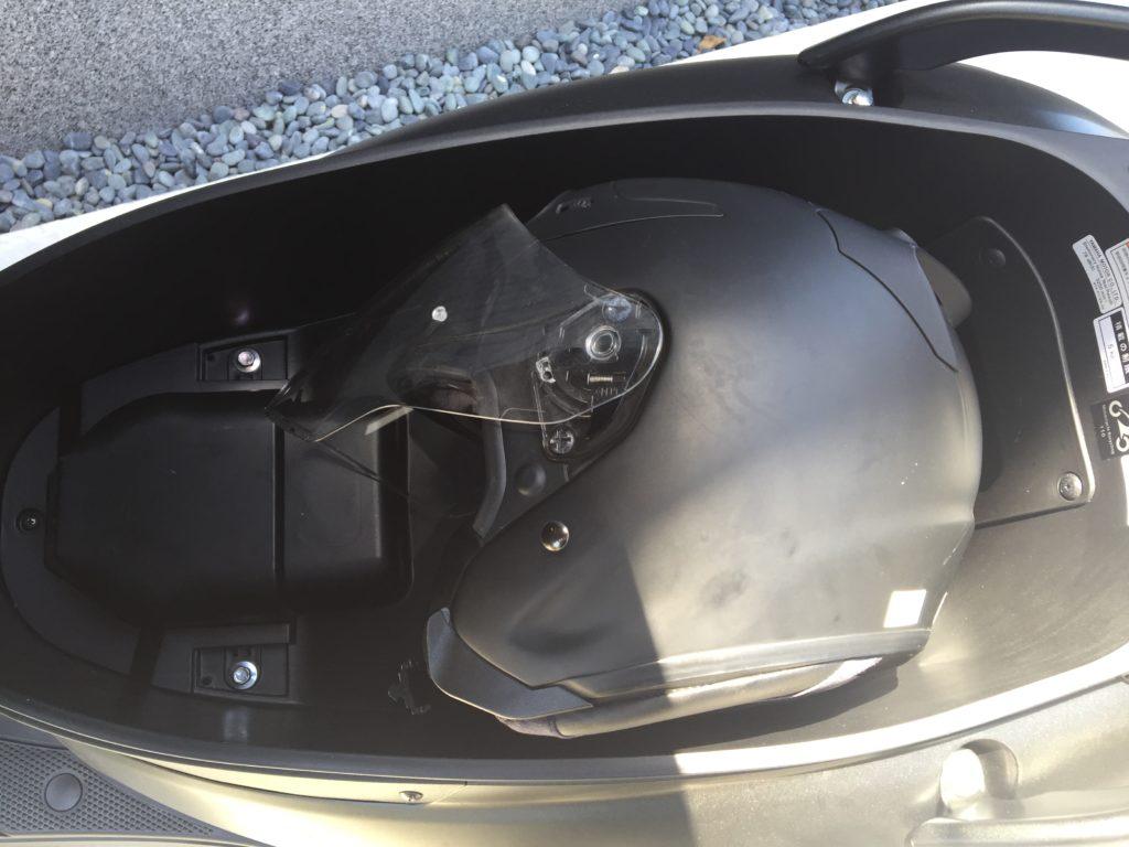 メットインスペースに横向きに入るヘルメット