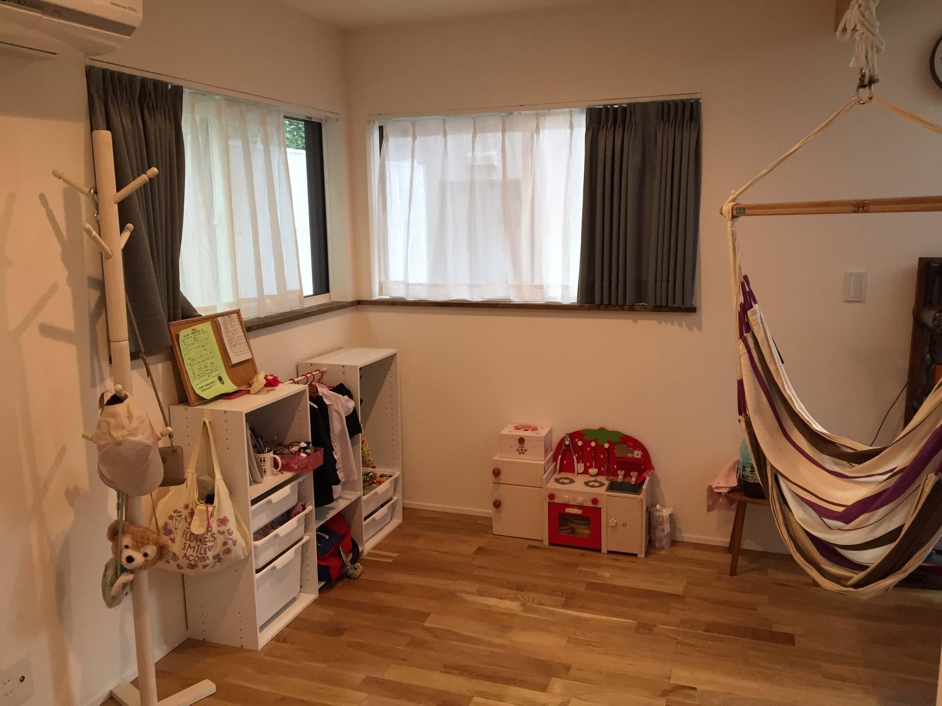 子供スペースと窓の写真