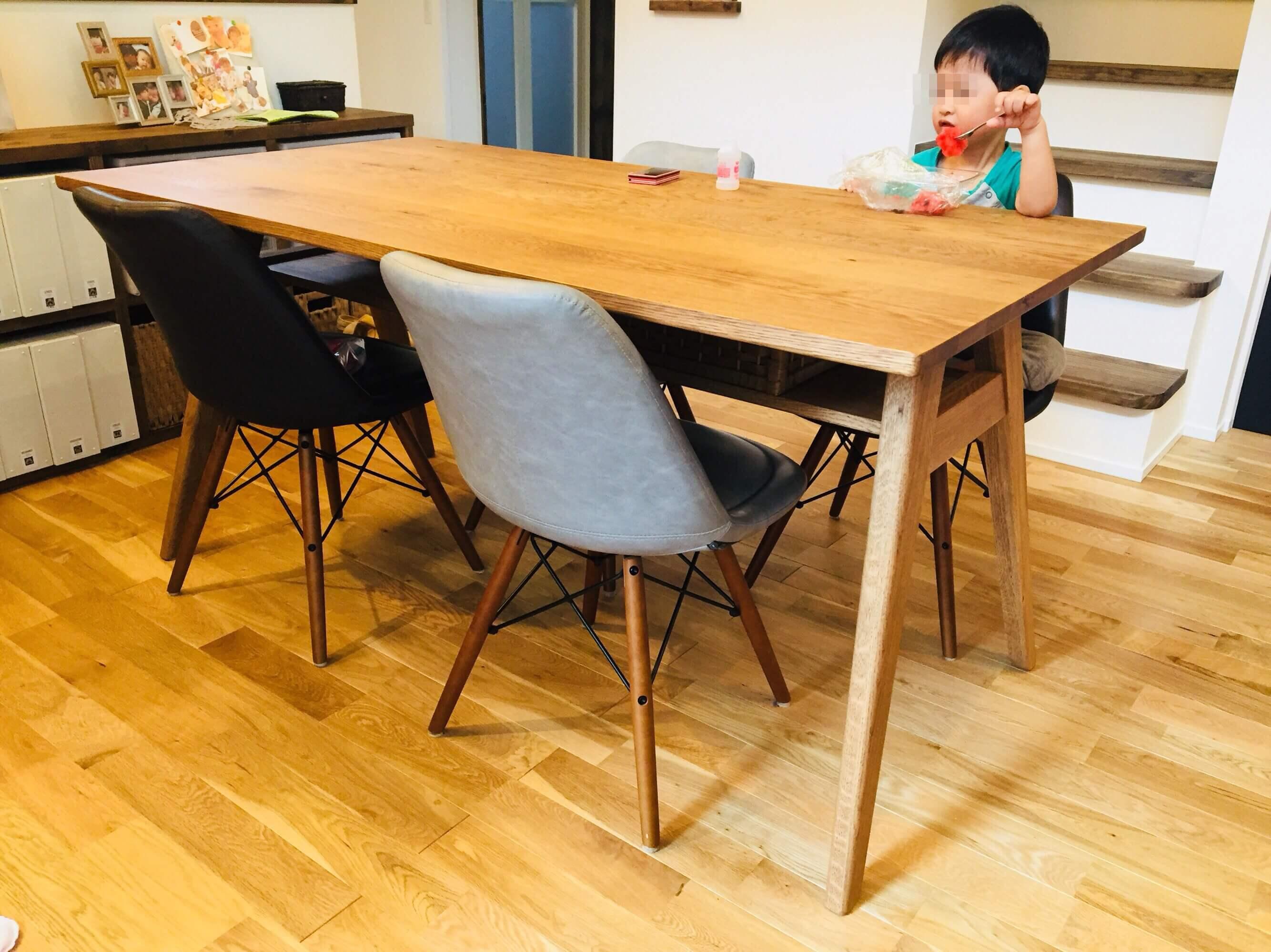 リビングのテーブルの写真